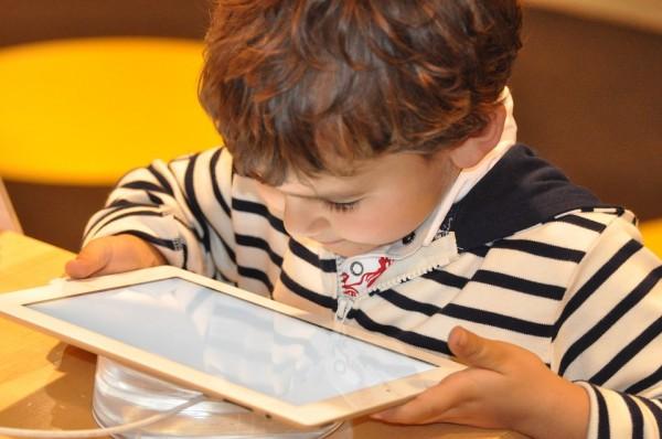 限制孩子玩手机,父母应该怎么做?